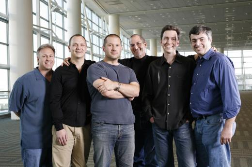 Fadell (tweede van links) en Forstall (tweede van rechts) poseren samen met Phil Schiller, Jony Ive, Eddy Cue en Steve Jobs na afloop van de onthulling van de iPhone in 2007.