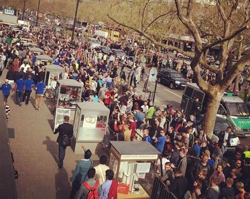 De drukte voor de Apple Store Berlijn rond 16:00