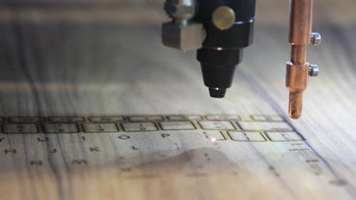 Lasertechniek zorgt voor de uitsneden van de toetsen.