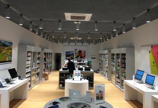 Het personeel legt de laatste hand aan de nieuwe, grotere winkel.