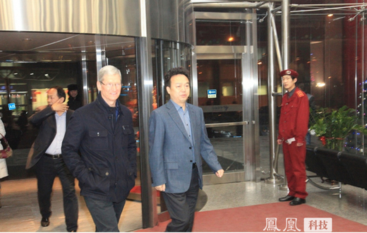 Tim Cook en Xi Guohua (CEO China Mobile) werden door een lokale krant op de foto gezet.