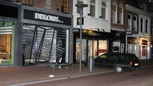 De filialen van Amac en Dixons kort na de ramkraken (foto's: Koert Walraven)