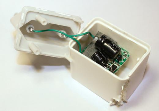 De binnenkant van een niet-originele iPhone-lader.