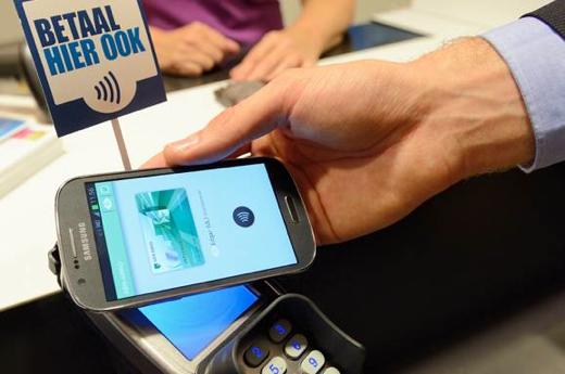 In Leiden kunnen consumenten mobiel betalen bij de pinautomaat.