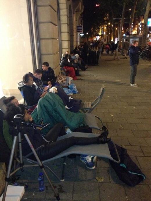 Tientallen fans zaten rond 23:30 voor de Apple Store in Amsterdam.