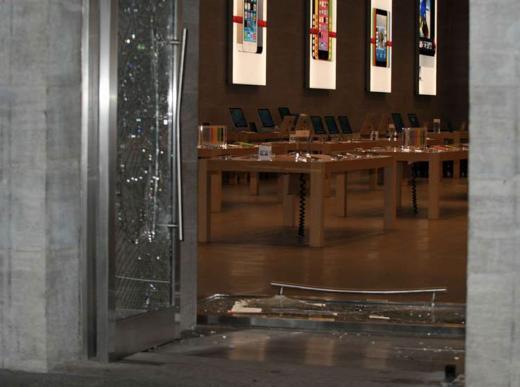 De dieven vermorzelden de glazen deur door middel van een ramkraak.
