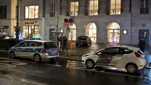 Politie en beveiliging op de Kurfürstendamm bij de Berlijnse Apple Store.