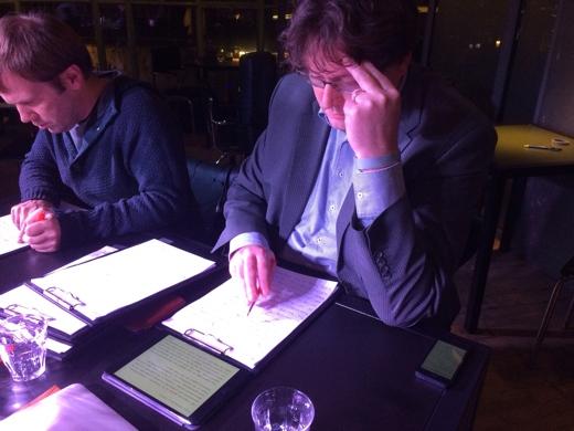 OMT Huisdichter René kijkt de geschreven dictees na.
