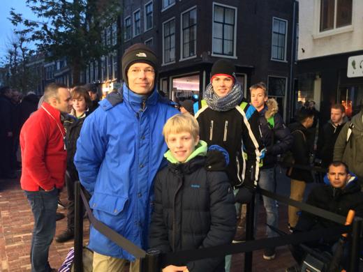 Floris (12 jaar) en zijn vader kwamen uit Zeist waren de eersten in de rij.