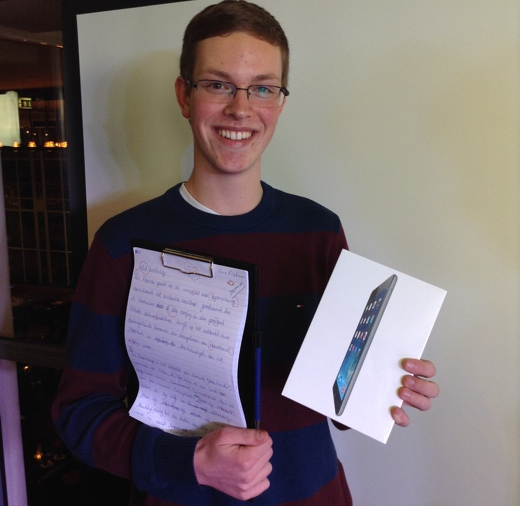 Winnaar Lars Fietman met zijn dictee en gewonnen iPad mini.