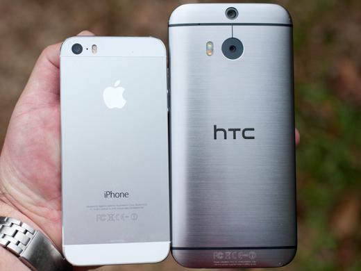 De 5-inch HTC One M8 is aanzienlijk groter dan de iPhone 5s.