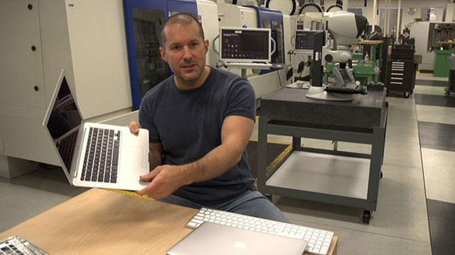 Jony Ive in een deel van zijn kantoor; het R&D Lab.