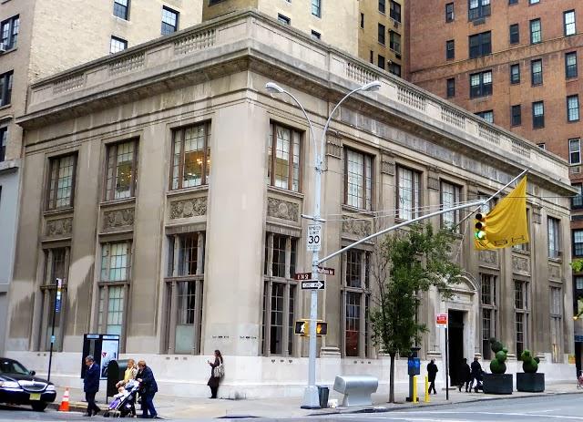 Het oude bankgebouw aan  940 Madison Ave.