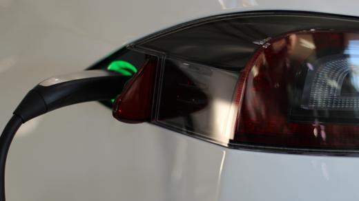 Tesla wil het gebruik van stroom ipv benzine stimuleren.