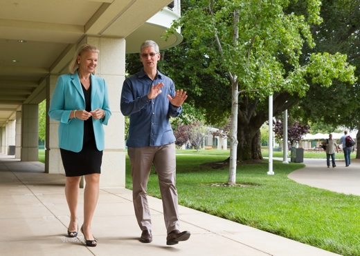 Tim Cook loopt met IBM CEO Ginni Rometty