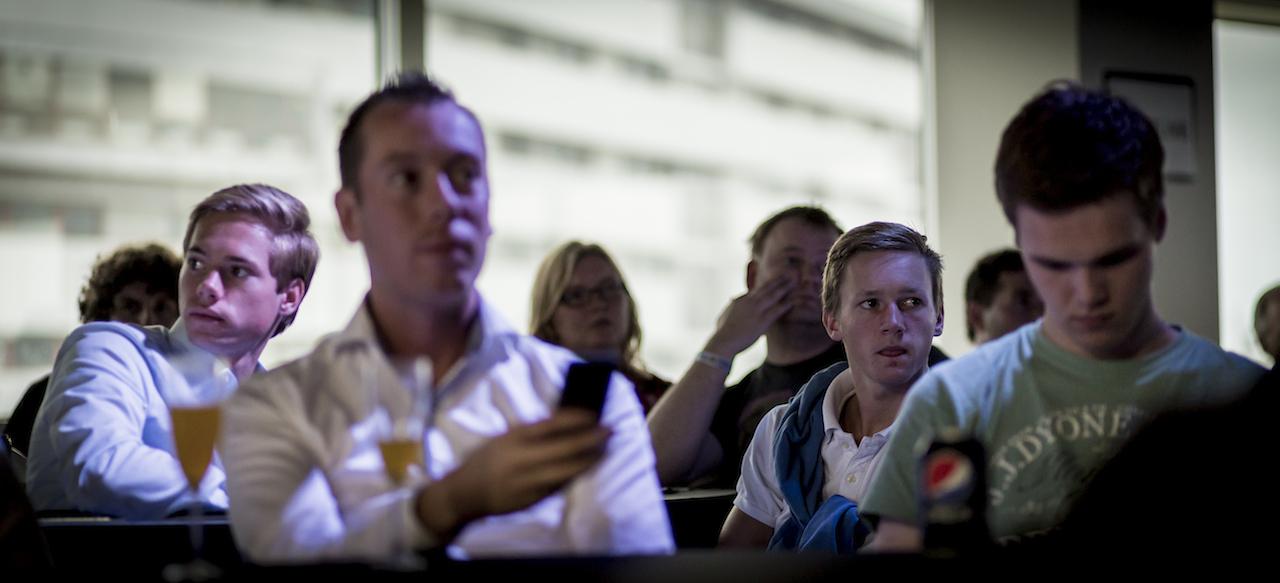 Het publiek wacht gespannen op Tim Cook.
