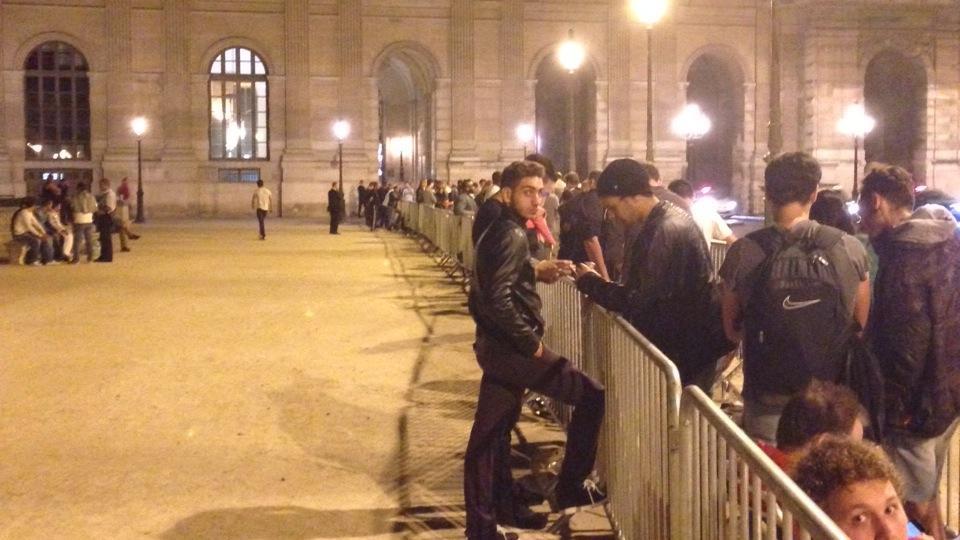 Ook in Parijs bij het Louvre stond een rij [Foto: Pieter van der Woude]