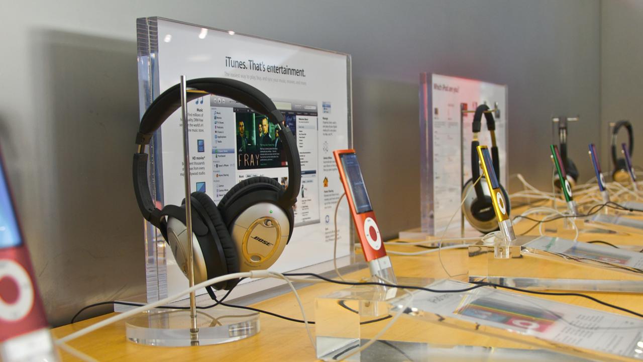 bose-headphones-apple-store-16x9