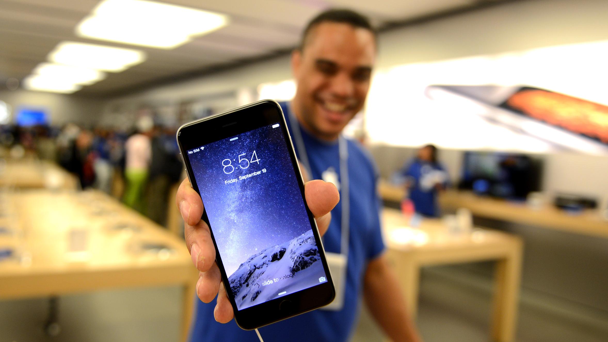 Apple Store medewerker met iPhone 6-16x9