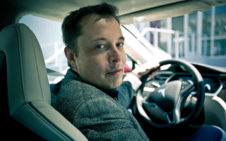 Tesla-oprichter Elon Musk in een Model S.