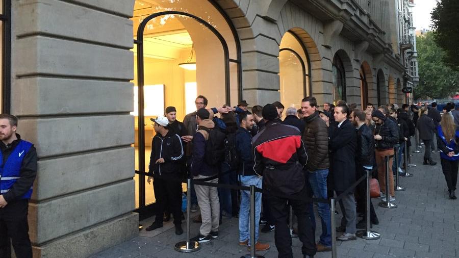 Foto: bij de verkoopstart van de iPhone 6s stond een forse rij voor de Apple Store Amsterdam