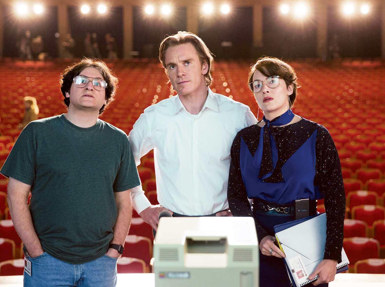 Foto: Michael Stuhlbarg (Andy Hertzfeld) Michaell Fassbender (Steve Jobs) en Kate Winslet (Joanna Hoffman)