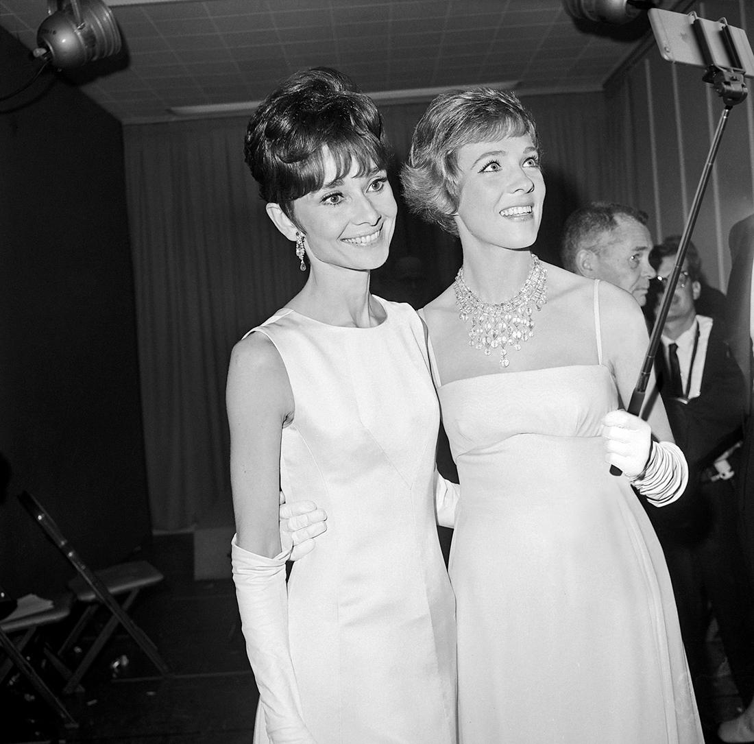 Audrey Hepbun en Julie Andrews 1965 iPhone 7