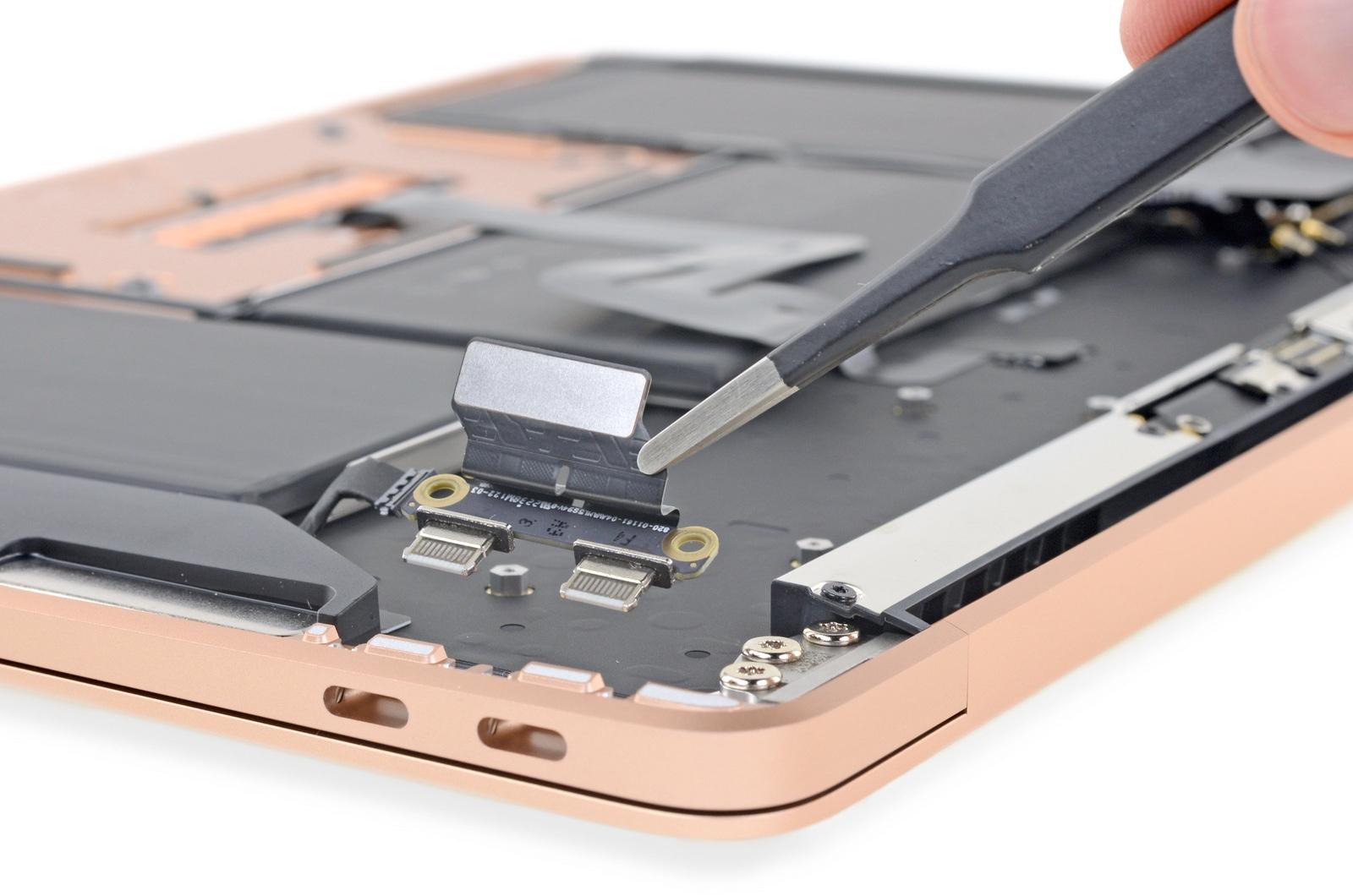 MacBook Air 2018 poorten tear