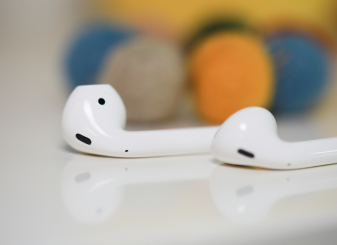 AirPods 16x9