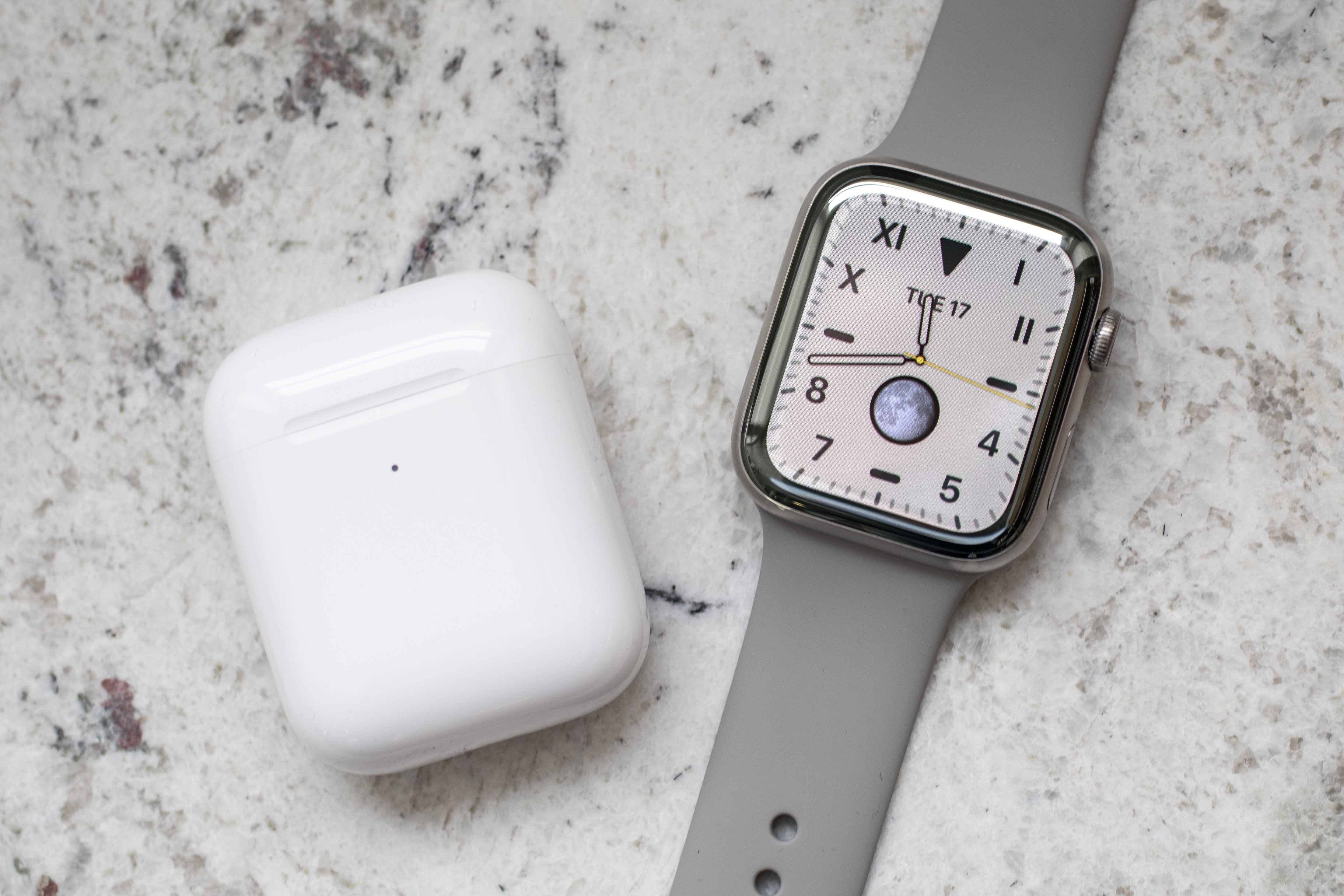 Apple Watch Series 5 AirPods 001