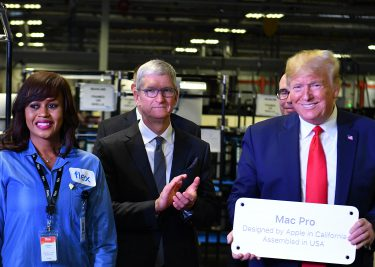 Tim Cook en Donald Trump in de Apple fabriek