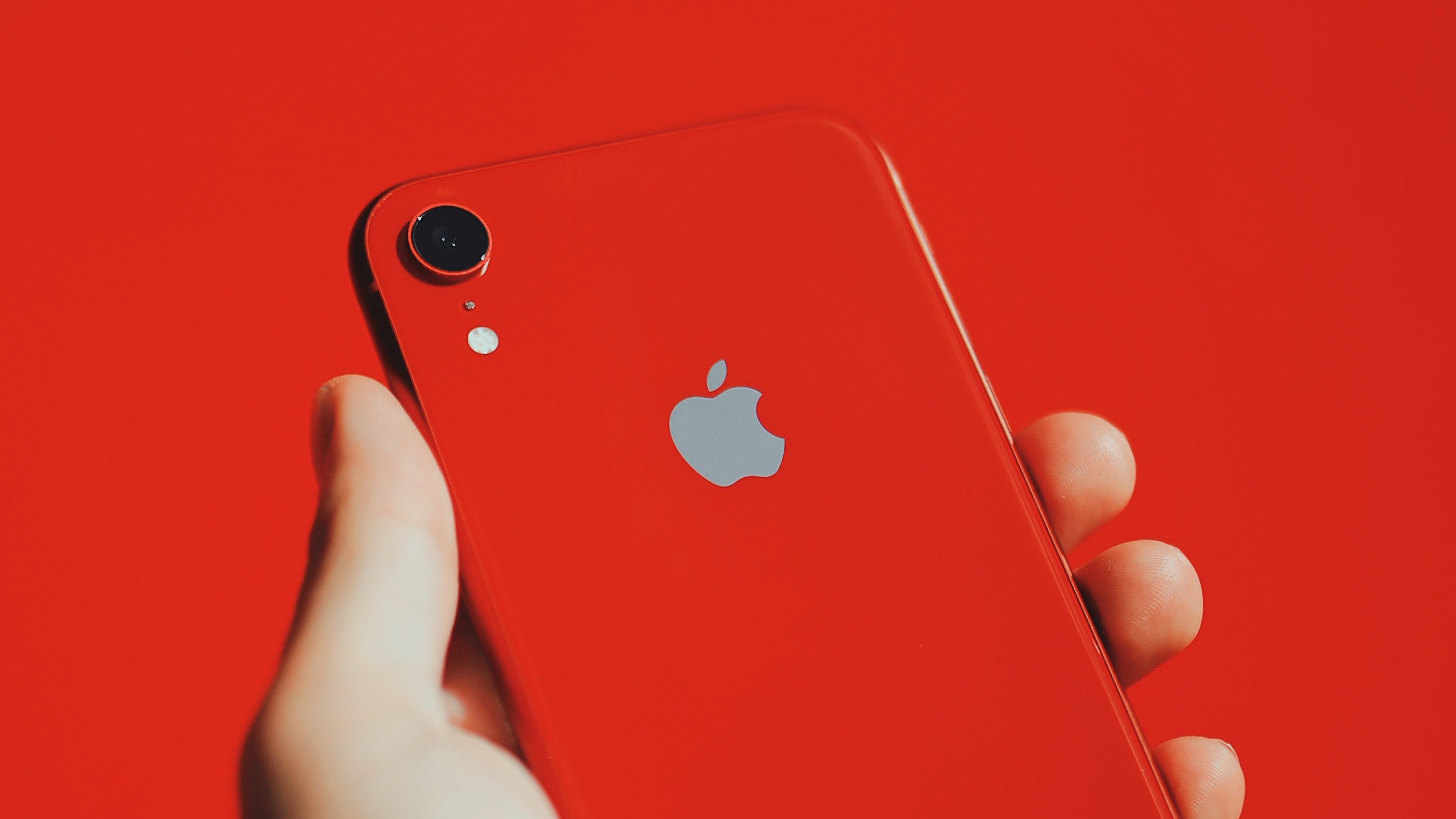 iPhone rood in hand 16x9