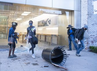 Demonstranten beroven Apple Store gesloten iPhone