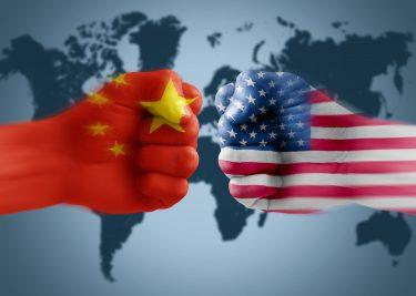 Amerikaanse en Chinese vlag - vuisten